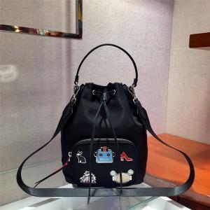 PRADA普拉达奢侈品包包网站机器人徽章Duet 织物尼龙水桶包1BH097